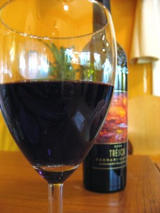 Bottle_&_glass_of_red_Bordeaux_style_blend