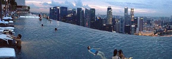 Top 7 des piscines d 39 h tels uniques au monde for Singapour hotel piscine sur le toit